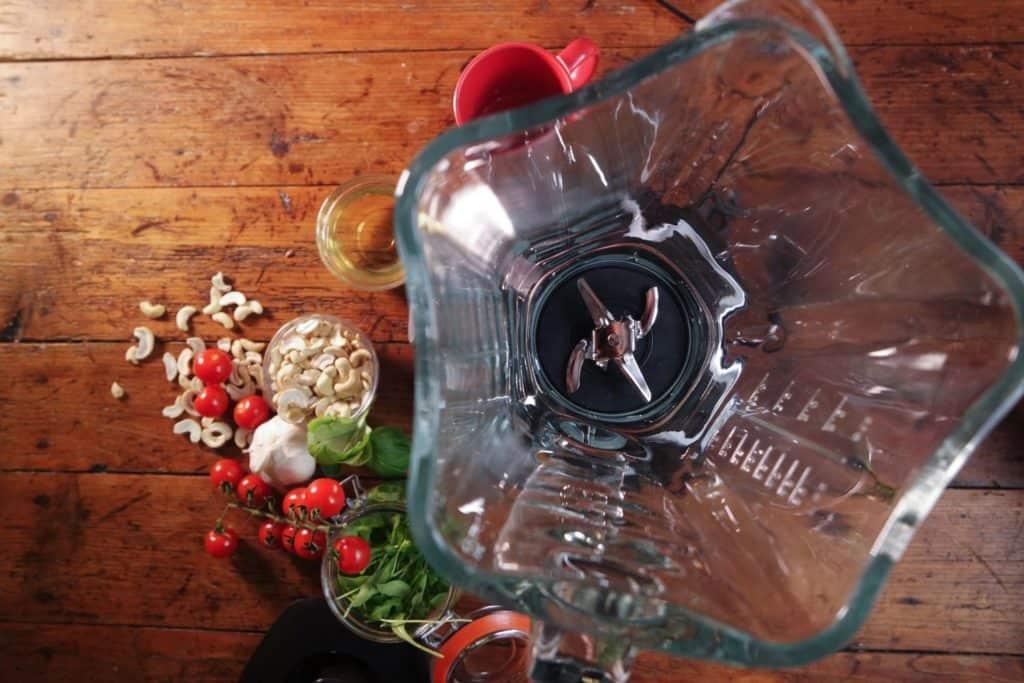 Bosch SilentMixx Pro - Blick auf die Klingen am Boden des geöffneten Glaskrugs