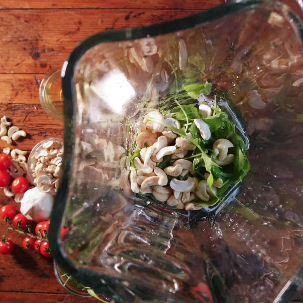Blick auf die Zutaten für Pesto-Herstellung im Bosch SilentMixx Pro Standmixer, am Boden des Glaskrugs