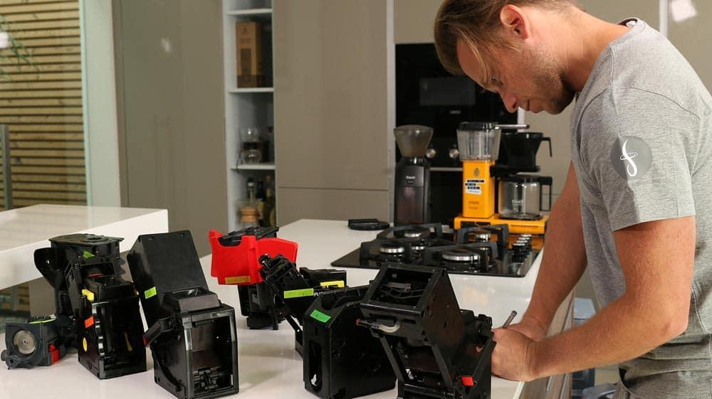 Die herausgenommenen Brühgruppen verschiedener Hersteller während des Kaffeevollautomaten-Tests
