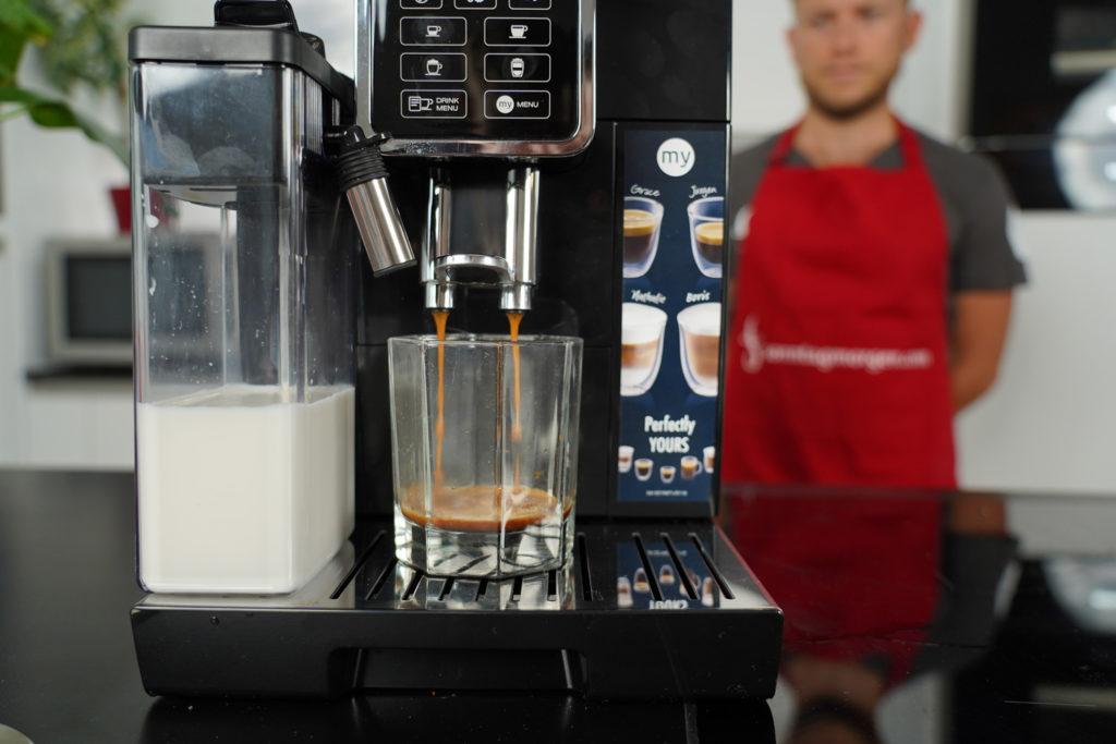 DeLonghi ECAM 350.55.B - Bild zeigt, wie frischer Espresso in ein Glas läuft
