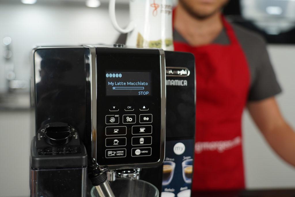 Nahansicht des Bedienfeldes des DeLonghi Dinamica ECAM 350.55.B Kaffeevollautomaten