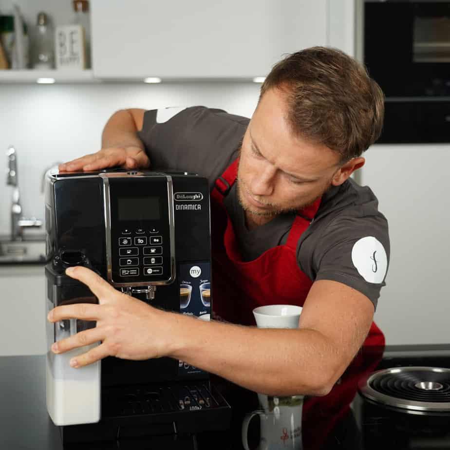 DeLonghi ECAM 350.55.B - Arne von Sonntagmorgen setzt den Milchbehälter in Position