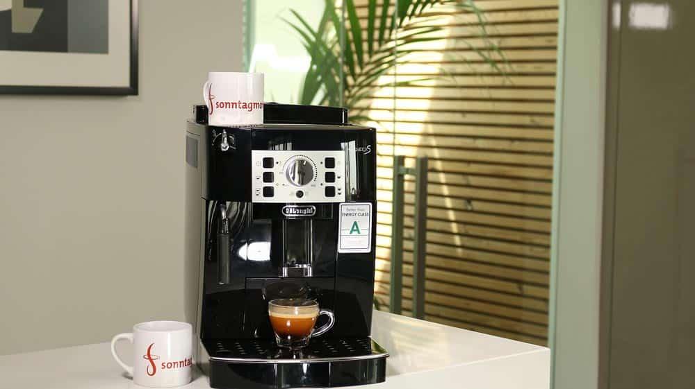 DeLonghi ECAM 22.110.B mit fertig zubereitetem Espresso in kleinem Glas