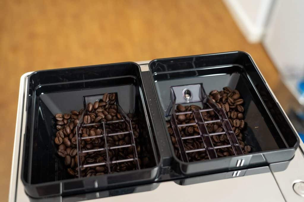 DeLonghi Maestosa Kaffeevollautomat - Bild zeigt die zwei Bohnfächer der Maschine, die jeweils mit einigen Kaffeebohnen gefüllt sind