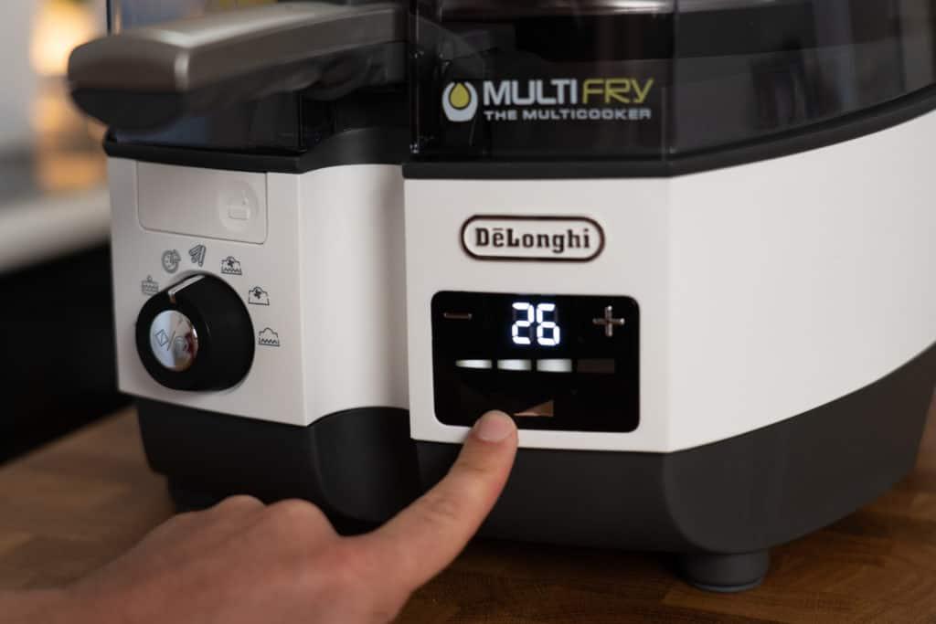 DeLonghi MultiFry Extra Chef - Detailansicht des Digitalfeldes auf der rechten Vorderseite, wo 4 individuelle Leistungsstufen einstellbar sind.