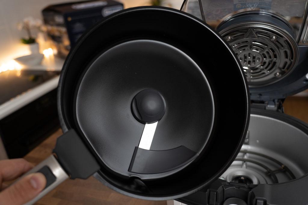 Frittierkorb der DeLonghi MultiFry Extra Chef Heißluftfritteuse mit eingesetztem Rührarm