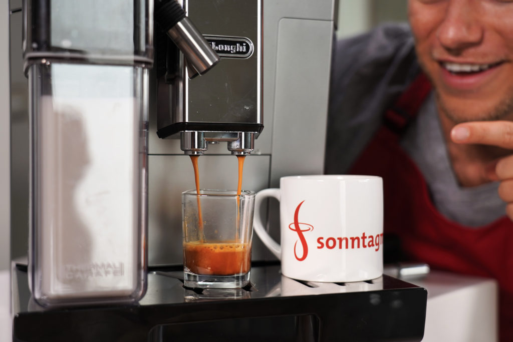 DeLonghi PrimaDonna Class bei der Espressozubereitung