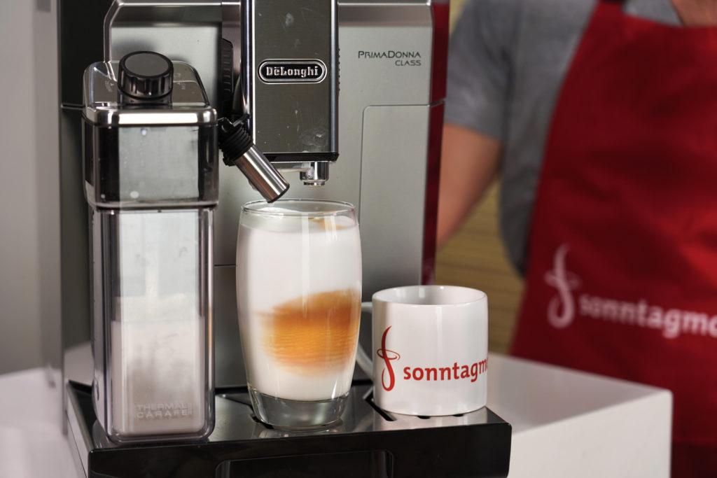 DeLonghi PrimaDonna Class - Latte Macchiato kochen