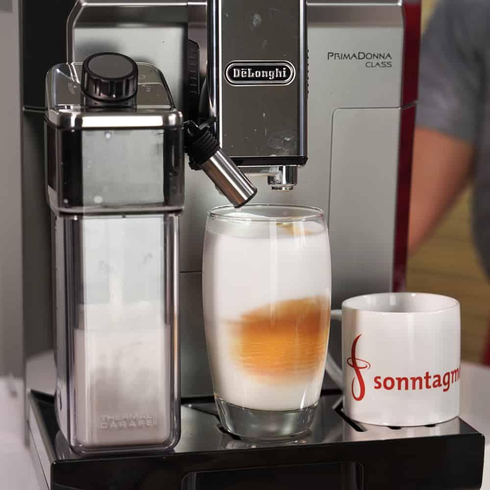 DeLonghi Primadonna Class bei der Latte-Macchiato-Herstellung
