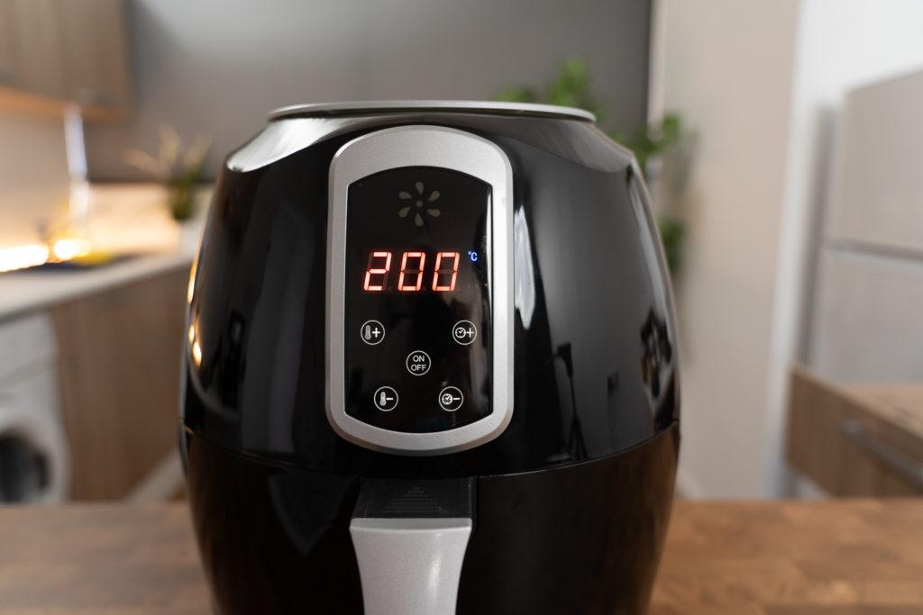 Temperatureinstellung des Emerio Smart Fryers zeigt 200 Grad Celsius an