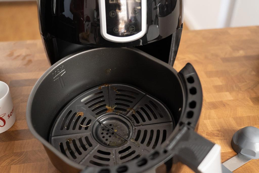 Emerio Smart Fryer - am Grillrost angeklebte Rückstände nach Nutzung