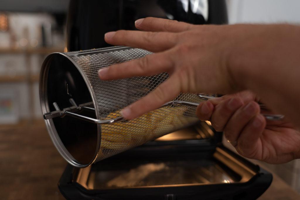 Pommes-Trommel des Gourmetmaxx Mini-Ofens, mit Pommes gefüllt