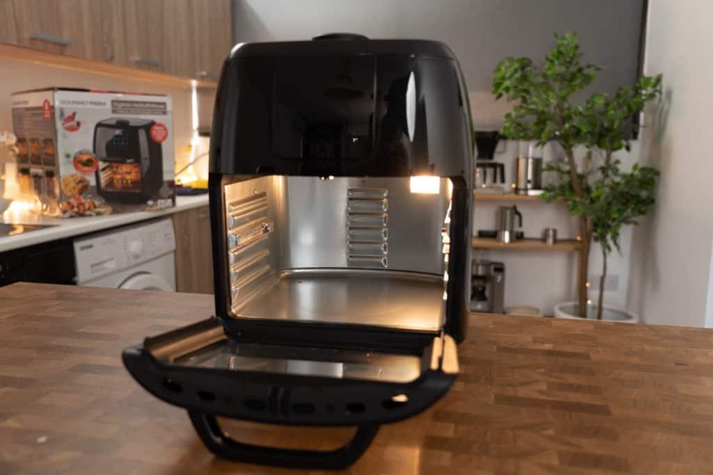 GOURMETmaxx Digitale Heißluftfritteuse - Gerät mit geöffneter Tür zeigt Blick auf den Innenraum