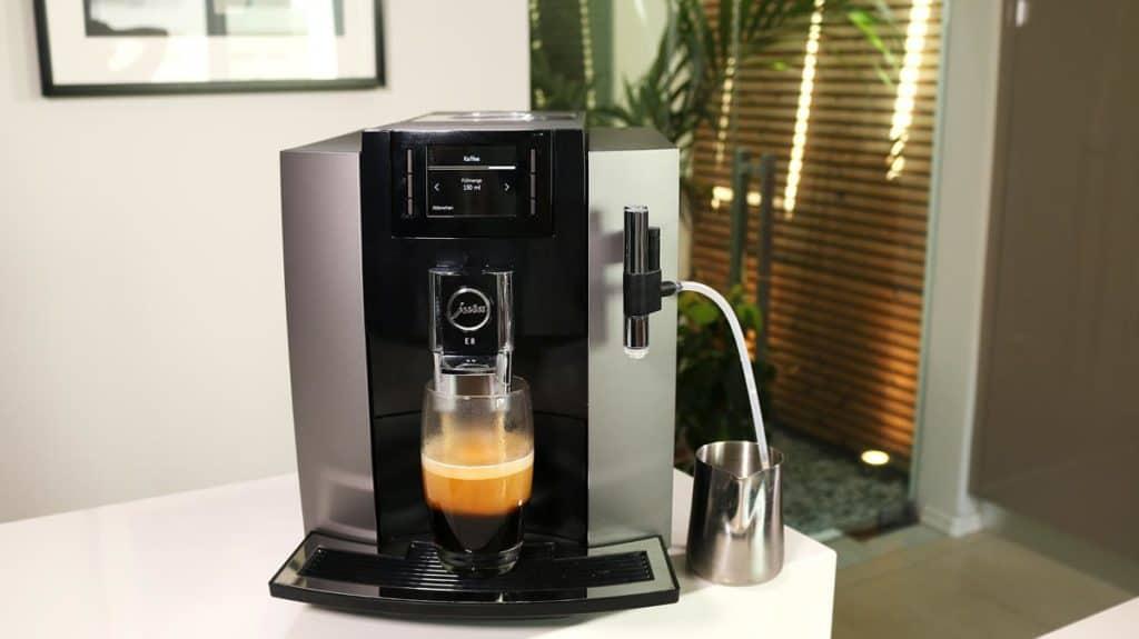 Jura E8 Kaffeevollautomat während des Espressobezugs