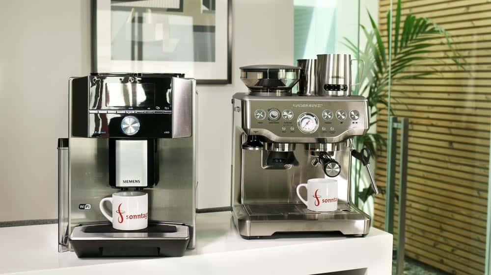 Kaffeevollautomat (links) und Espressomaschine (rechts) nebeneinander aufgestellt