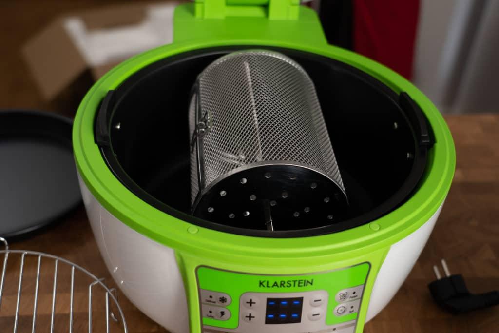 Klarstein VitAir Turbo Heißluftfritteuse - Blick auf den Frittierkorb in der Fritteuse mit Pommeskäfig eingelegt