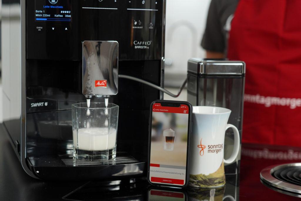 Melitta Caffeo Barista TS Smart - Milch wird aufgeschäumt