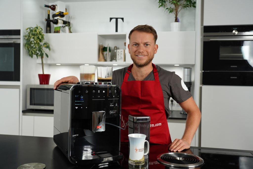 Melitta Caffeo Barista TS Smart - Kaffeevollautomat mit diversen Espressogetränken oben auf der Maschine stehend