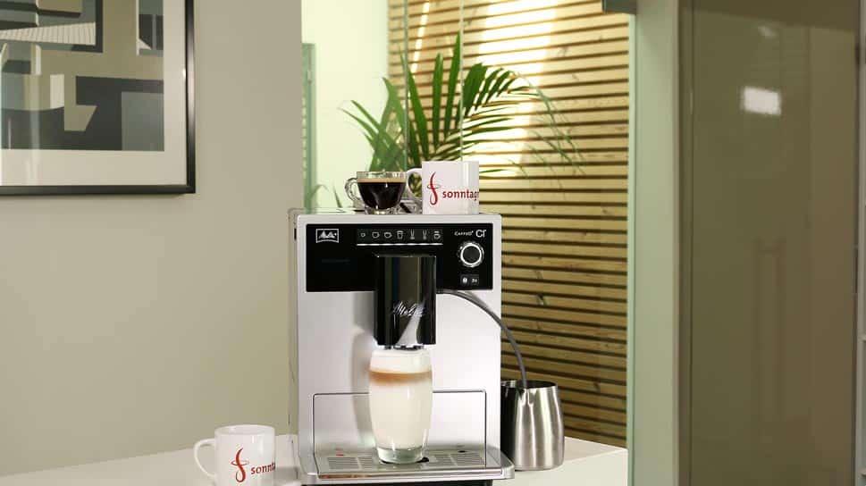 Melitta Caffeo CI Kaffeevollautomat während der Zubereitung eines Latte Macchiato