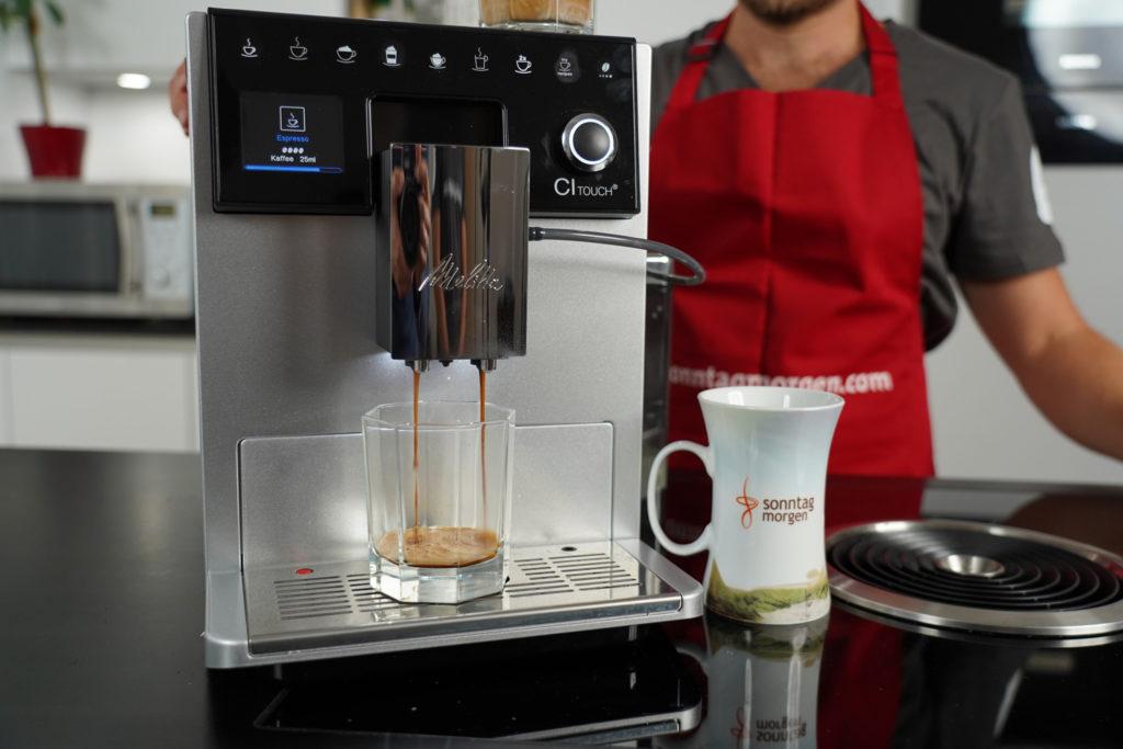Melitta CI Touch Kaffeevollautomat - Nahansicht des Geräts während des Espressobezugs