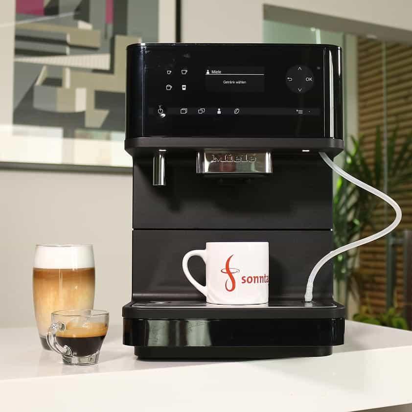 Miele CM 6350 - Kaffeevollautomat mit Latte Macchiato und Espresso links daneben stehend
