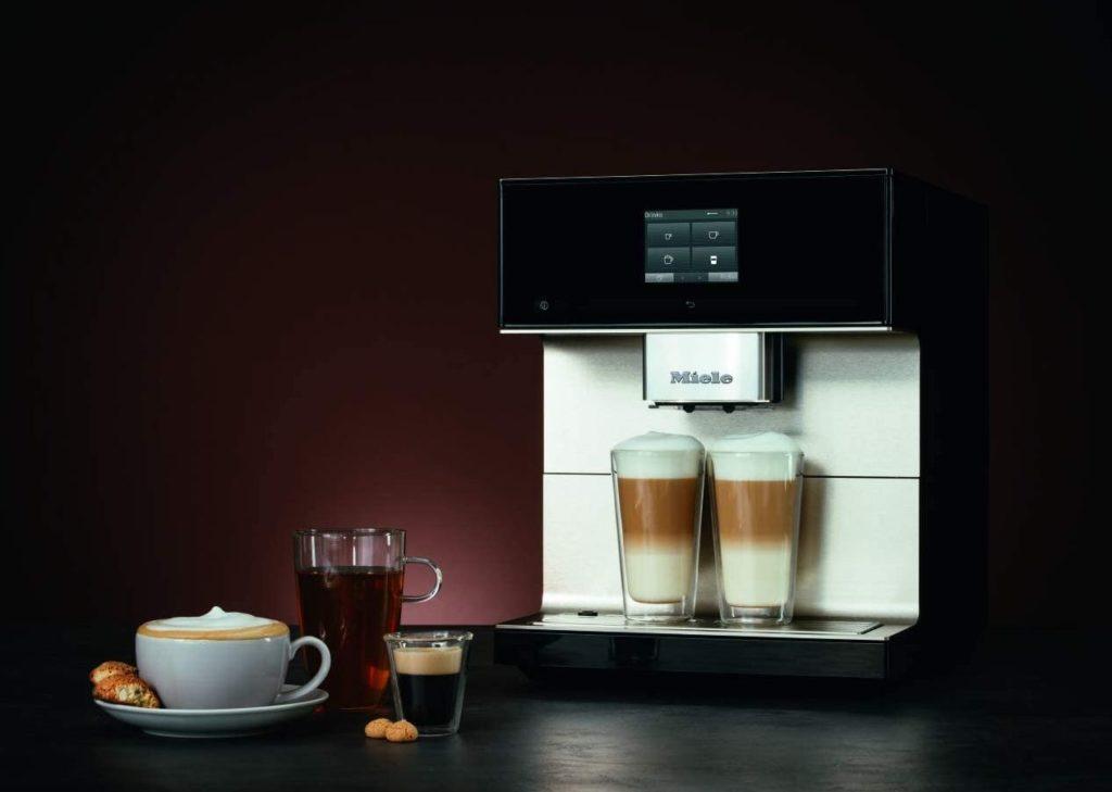 Miele CM 7550 Kaffeevollautomt Produktbild mit verschiedenen zubereiteten Espressogetränken