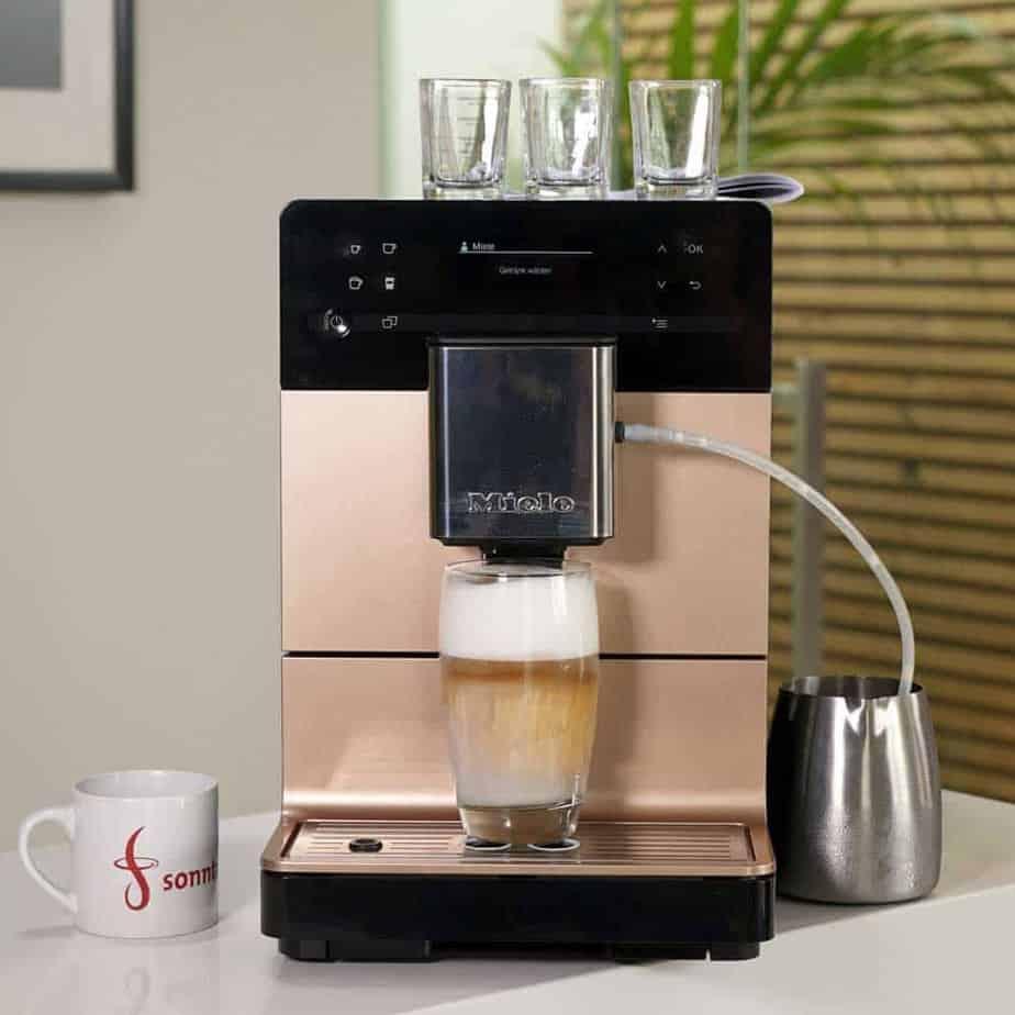 Miele CM 5500 - Vorderansicht des Geräts während der Zubereitung eines Latte Macchiato