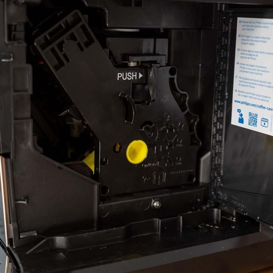 Philips EP5447 90 LatteGo Kaffeevollautomat Bruehgruppe herausnehmen
