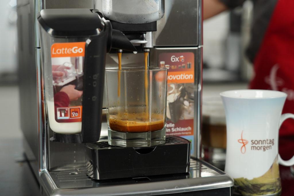 Philips LatteGo beim Espressobezug - Glas steht auf speziellem Aufsatz