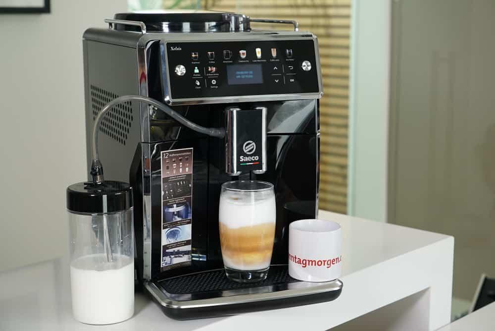 Saco Xelsis Kaffeevollautomat während der Zubereitung eines Latte Macchiatos