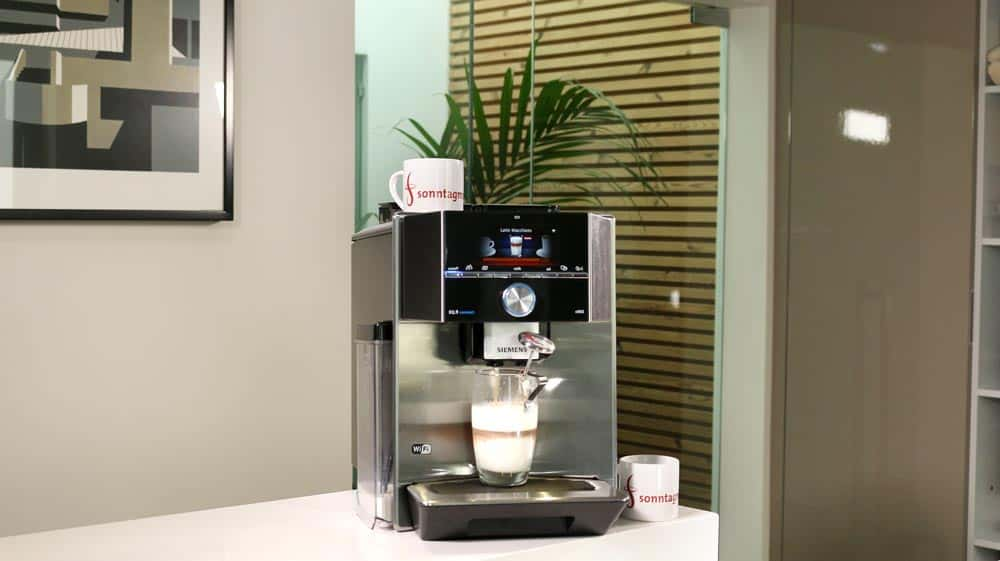 Ein Glas Latte Macchiato wird im Siemens EQ.9 s500 zubereitet