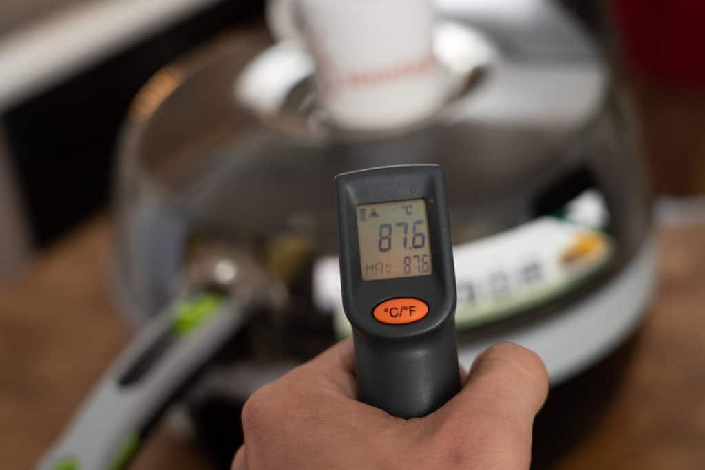 Tefal ActiFry 2in1 YV9601 Heißluftfritteuse - Fokus auf die digitale Temperaturanzeige von 87,6 Grad Celsius, die die Messung der Außentemperatur angibt