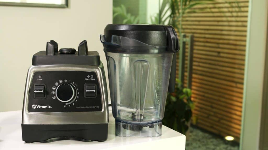 Vitamix Pro 750 Hochleistungsmixer - Standfuss und Glaskrug stehen nebeneinander